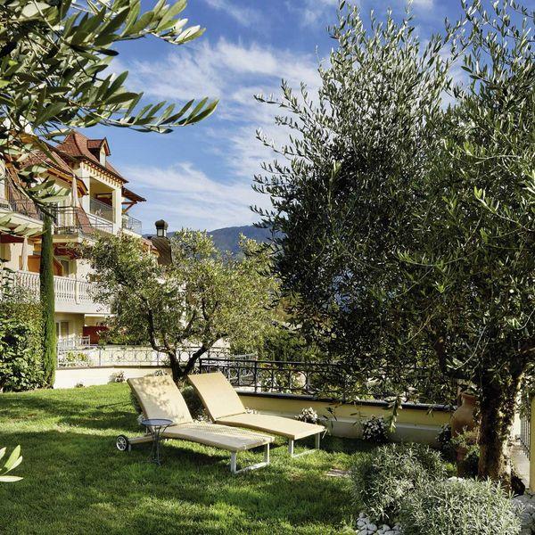 Olivenhain_preidlhof_garten_lounge_olivenbäume_wanderurlaub_südtirol_beste_hotels_südtirol