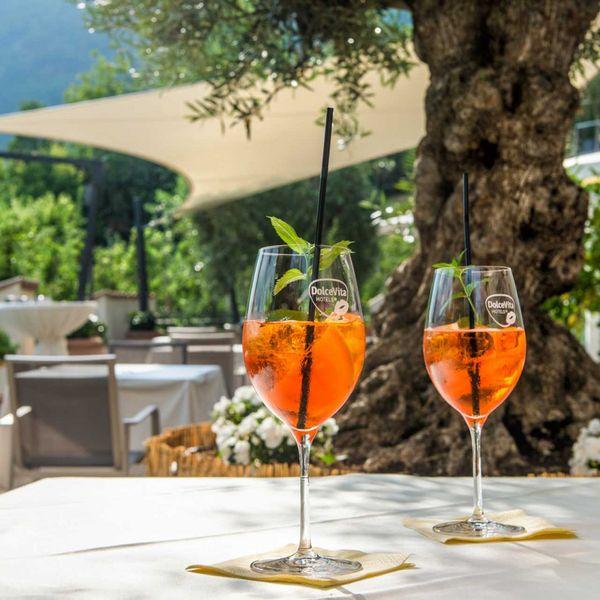 Aperitivo_veneziano_aperol_spritz_olivenbaum_mediterrane_terrasse_gourmet_hotel_5_sterne_resort_spa_wellness_hotel_für_feinschmecker_