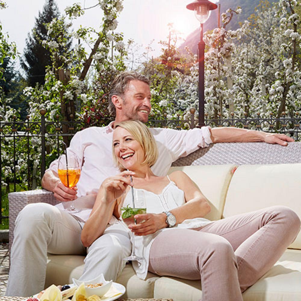 Verliebtes Paar mit Cocktails