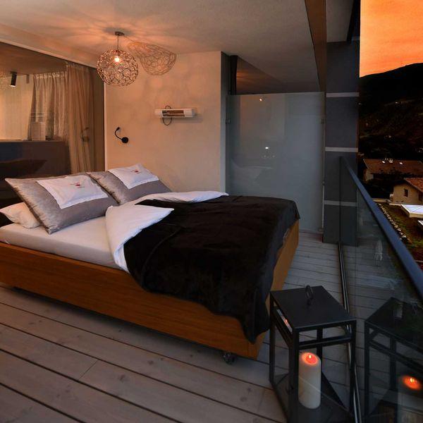 Daybed_loggia_suite_you_and_me_schlafen_unter_den_sternen_sonnenuntergang_wellnessurlaub_für_verliebte_für_paare_5_sterne_hotel_südtirol