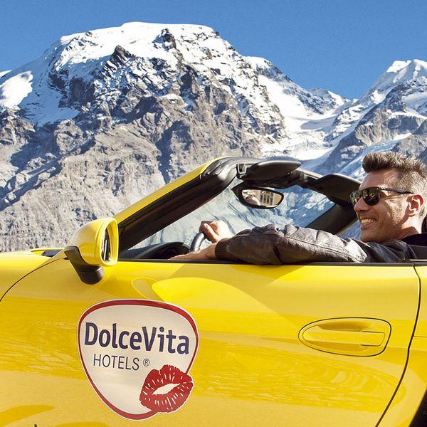 Cabrio vor Bergpanorama