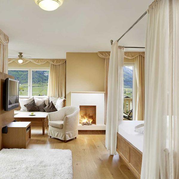 Romantic_suite_magnolie_himmelbett-mit_sternenhimmel_classic_design_dolce_vita_hotel_südtirol_aktiv_urlaub_südtirol