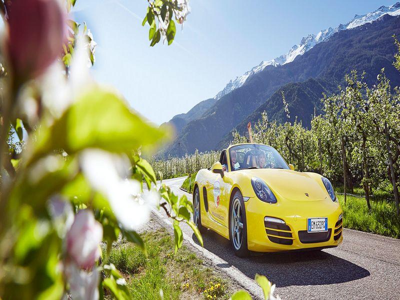 Cabrio in Südtiroler Landschaft