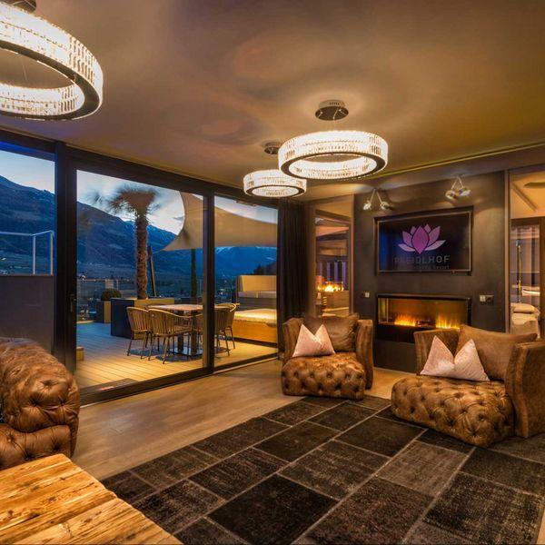 Penthousesuite_Dolce_Vita_Premium_living_longue_Wohnbereich_luxushotel_Südtirol_naturns_5_sterne_hotel