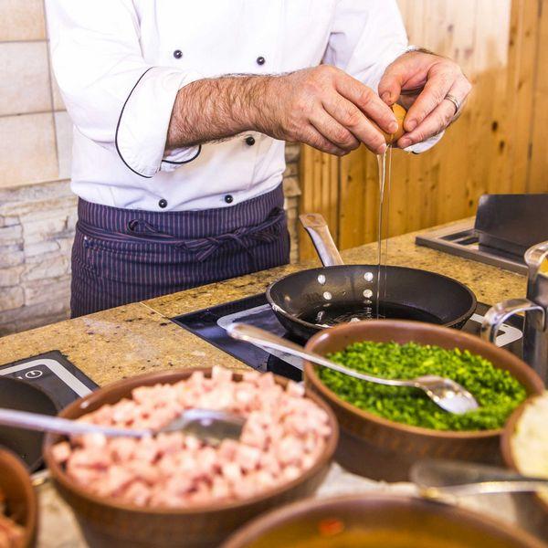 Frühstückskoch_eierspeisen_omlette_spiegelei_Gourmet_buffet_frühstük__haubenrestaurants_südtirol_hotel_für_feinschmecker_südtirol_gourmethotel_südtirol