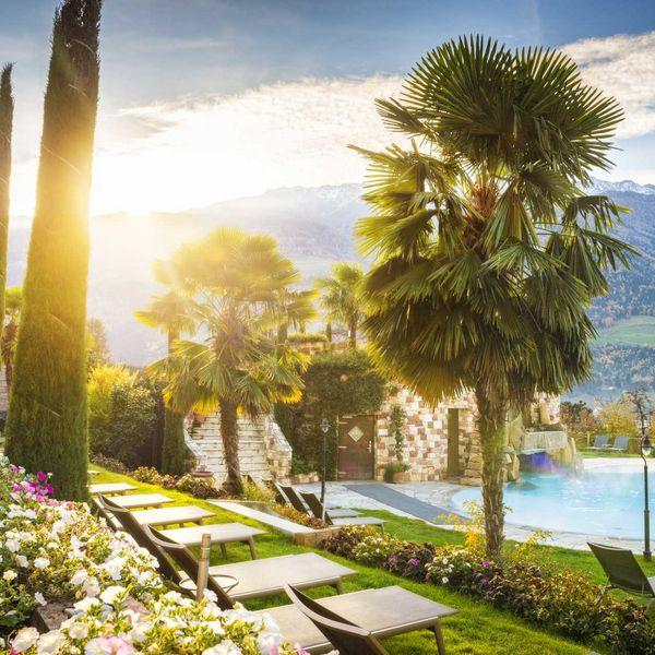 Sommer_und_winter_pool_beheizt_aussenbereich_palmen_zipressen_mediterran_berge_wellness_hotel_südtirol_luxus_hotel_meraner_land