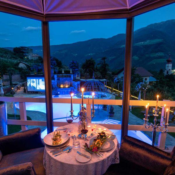 Romantikdinner_in_der_lounge_über_dem_pool_feinschmecker_südtirder_kuschelextra_am_Bett_roomservice_südtirol_hotel_gourmethotel_südtirol_haubenrestaurant