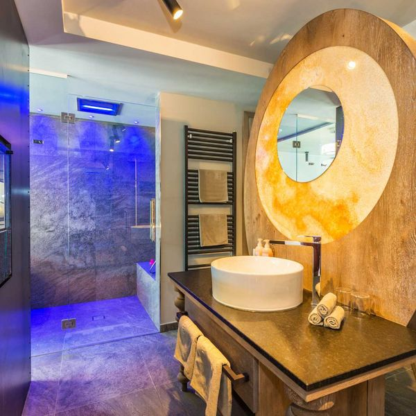 Penthousesuite_design_badezimmer_beautydesk_badelouge_erlebnisdusche_luxus_wellness_hotel_südtirol_wellness_für_paare