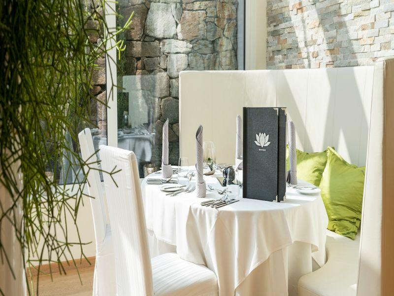 Romantisch gedeckter Tisch