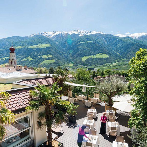 Mediterrane_Frühstücksterrasse_mit_Bergpanorama_wanderhotel_Südtirol_5_sterne_luxushotel_südtirol