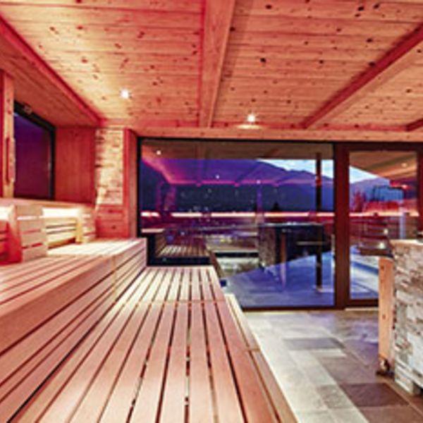 Hot&Fun_Showsauna_Panoramasauna_Saunameister_Saunaufgüsse_Wellness_und_spa_in_südtirol_moderne_saunen_bestes_wellnesshotel_südtirol_spa_5_sterne_luxushotel_südtirol_hotel_für_feinschmecker_südtirol_meraner_land_hotel_mit_medical_spa_südtirol