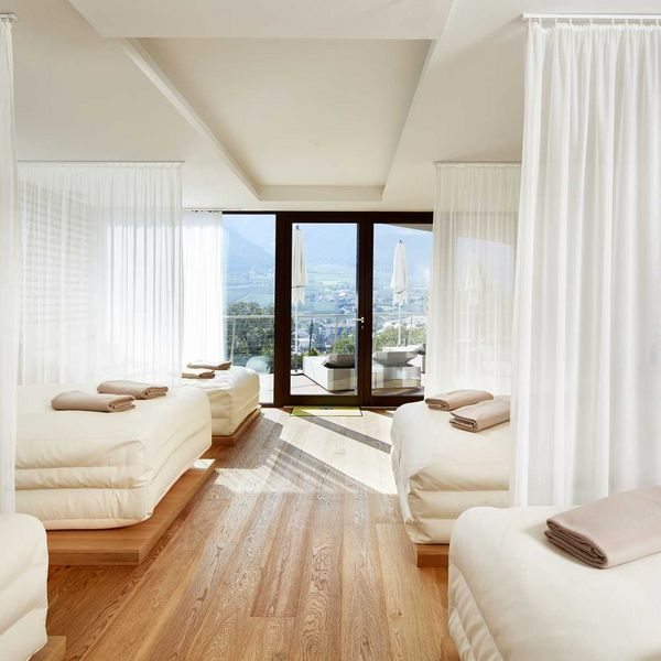 white_silence_lounge_ruheraum_Wellness_und_spa_in_südtirol_moderne_saunen_bestes_wellnesshotel_südtirol_spa_5_sterne_luxushotel_südtirol_hotel_für_feinschmecker_südtirol_meraner_land_hotel_mit_medical_spa_südtirol