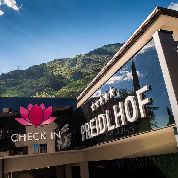 shotel_Südtirol_Bestpreisgarantie_Check_in_Luxushotel_Eingang_lastminute_Südtirol_pauschalangebote_südtirol