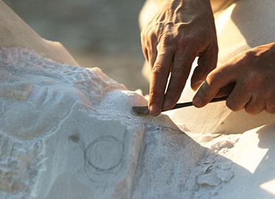 Mann beim Marmor bearbeiten