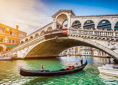 Gondel unter Bruecke in Venedig